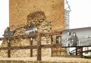 "Volti di Barbaresco  39 ""cavalieri"" inbianco & nerocircondano la Torre Medievale."